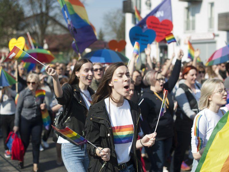 Viele Frauen mit Regenbogenfahnen demostrieren für mehr lesbische Sichtbarkeit
