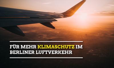 Auf dem Bild sieht man ein Flugzeug in der Luft. Der Text lautet: Für mehr Klimaschutz im Luftverkehr