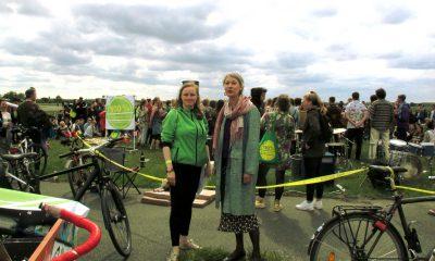 Viele Menschen auf dem Tempelhofer Feld, im Rahmen der Feier zu 5 Jahre Volksentscheid zum Erhalt des Tempelhofer Feldes