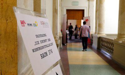 Es ist ein Schild zum Fachtag zur Zukunft der Wohnungslosenhilfe zu sehen