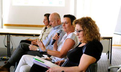 Ein Gast spricht auf dem Podium des Fachtages zur Zukunft der Wohnungslosenhilfe