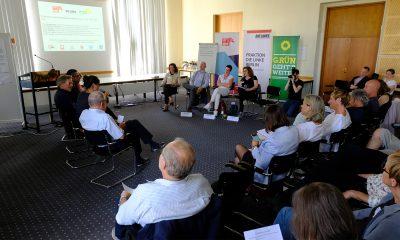 Ein Gast spricht auf dem Podium des Fachtags zur Zukunft der Wohnunglosenhilfe