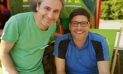 Es sind Turgut Altug und Dirk Behrend beim Grünen Stand auf dem Umweltfestival 2019 zu sehen