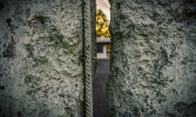 Es ist der Blick durch eine Spalte in der Berliner Mauer zu sehen