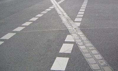 Es sind weiße Markierungen auf einer Straße zu sehen