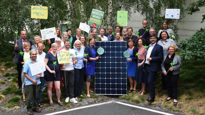 Ein Gruppenbild der Grünen Fraktion und den Grünen Senatorinnen auf der Sommerklausur 2019