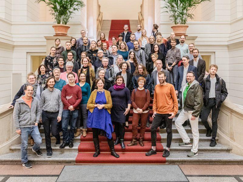 Ein Gruppenfoto des Grünen Herbstempfangs im Berliner Abgeordnetenhaus