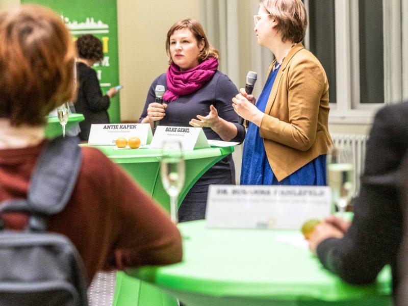 Antje Kapek und Silke Gebel begrüßen die Gäste auf dem Grünen Herbstempfang im Berliner Abgeordnetenhaus