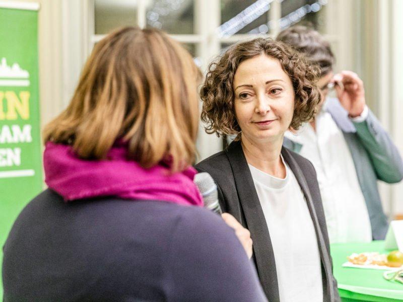 Antje Kapek und Ramona Pop sprechen beim Grünen Herbstempfang im Berliner Abgeordnetenhaus