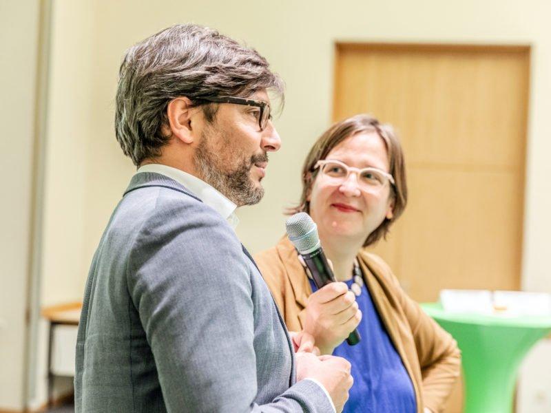 Dirk Behren und Silke Gebel sprechen beim Grünen Herbstempfang im Berliner Abgeordnetenhaus
