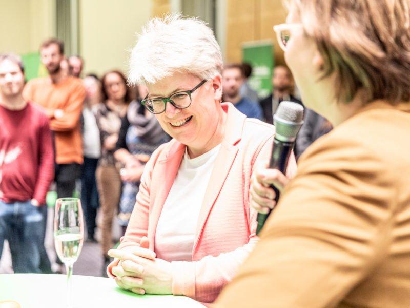 Silke Gebel und Stefanie Remlinger sprechen beim Grünen Herbstempfang im Berliner Abgeordnetenhaus