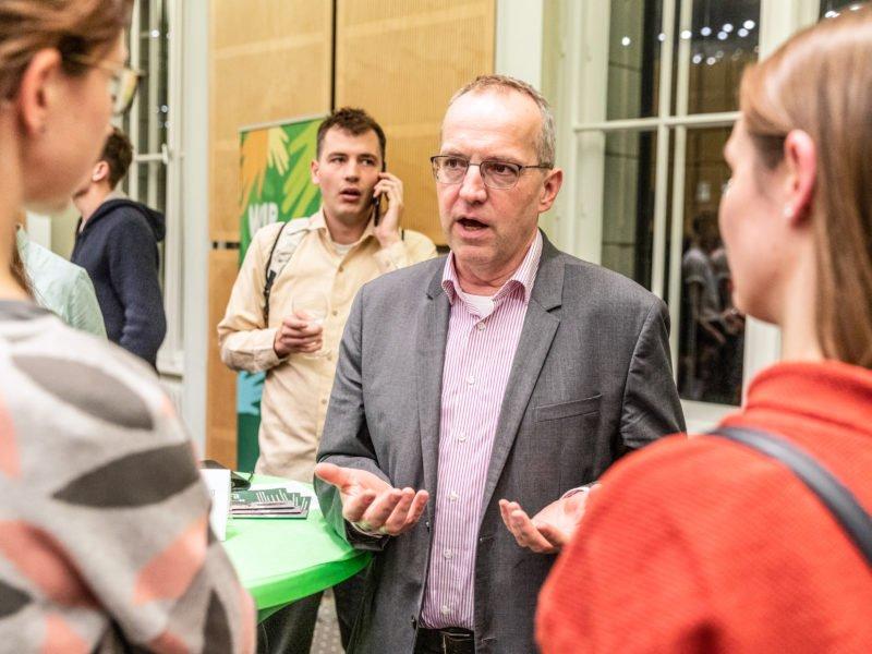 Andreas Otto unterhält sich beim Grünen Herbstempfang im Berliner Abgeordnetenhaus mit Gästen