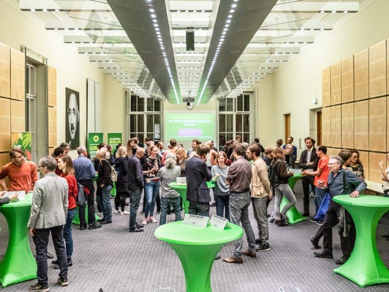 Gäste diskutieren angeregt beim Grünen Herbstempfang im Berliner Abgeordnetenhaus