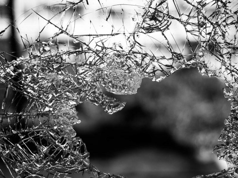 Es ist ein zerstörtes Fenster in Nahaufnahme zu sehen