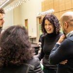 """Während der zweiten """"Bildungsweihnachten""""-Feier spricht Bettina Jarasch mit Gästen über gute Bildung und Entwicklungschancen für alle."""
