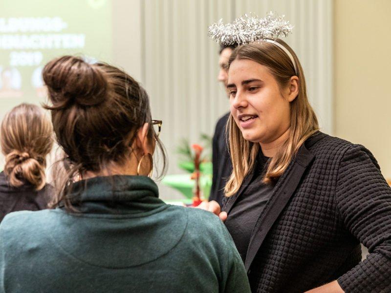 """Während der zweiten """"Bildungsweihnachten""""-Feier unterhält sich June Tomiak mit Gästen über gute Bildung und Entwicklungschancen für alle."""