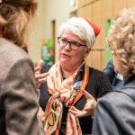 """Während der zweiten """"Bildungsweihnachten""""-Feier unterhält sich Stefanie Remlinger mit Gästen über gute Bildung und Entwicklungschancen für alle."""