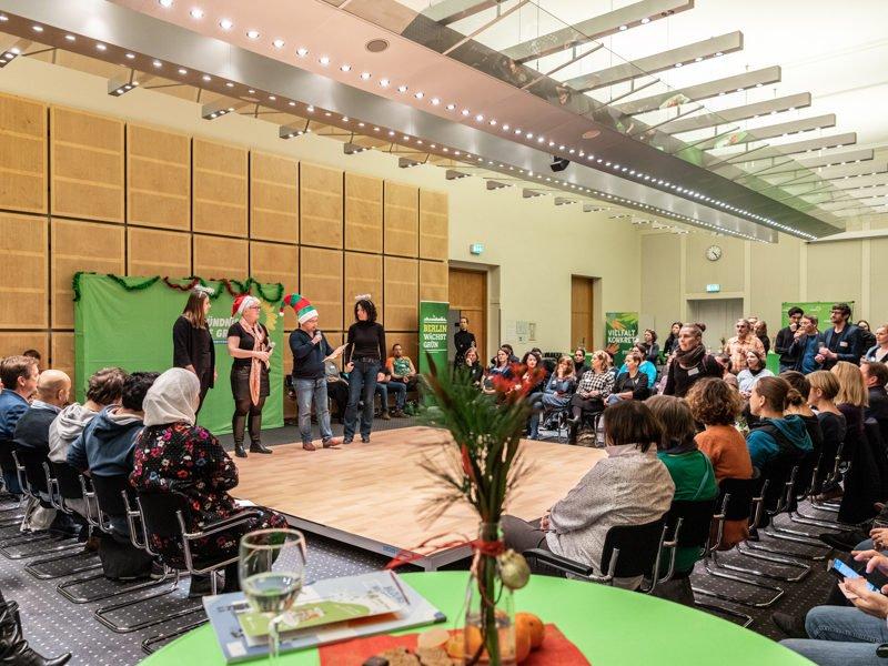 """Während der zweiten """"Bildungsweihnachten""""-Feier stehen June Tomiak, Stefanie Remlinger, Marianne Burkert-Eulitz und Bettina Jarasch auf der Bühne und begrüßen die Gäste."""