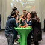 """Während der zweiten """"Bildungsweihnachten""""-Feier unterhalten sich die Gäste über gute Bildung und Entwicklungschancen für alle."""
