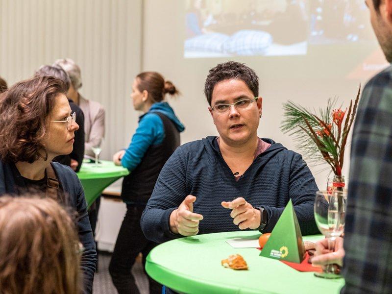 """Zweites BildungsweihnachtenWährend der zweiten """"Bildungsweihnachten""""-Feier unterhält sich Marianne Burkert-Eulitz mit Gästen über gute Bildung und Entwicklungschancen für alle."""
