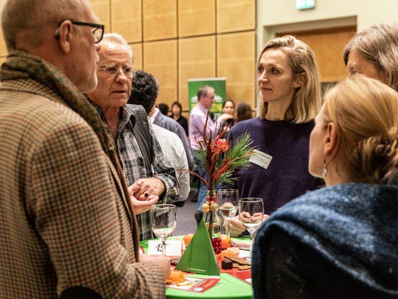 """Zweites BildungsweihnachtenWährend der zweiten """"Bildungsweihnachten""""-Feier unterhalten sich Gäste über gute Bildung und Entwicklungschancen für alle."""