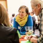 """Während der zweiten """"Bildungsweihnachten""""-Feier unterhält sich Silke Gebel mit Gästen über gute Bildung und Entwicklungschancen für alle."""