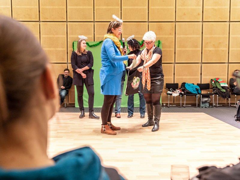 """Während der zweiten """"Bildungsweihnachten""""-Feier stehen Silke Gebel und Stefanie Remlinger auf der Bühne und begrüßen die Gäste."""