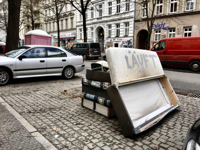 Auf dem Foto sieht man Sperrmüll auf der Straße liegen.